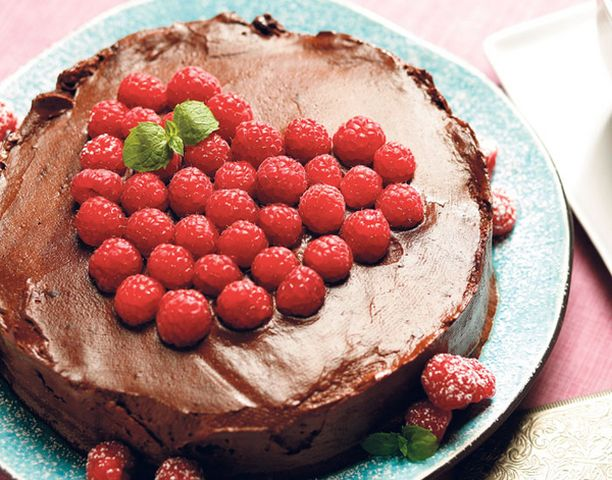 Näyttävän täytekakun suklaakuorrutus on helppo valmistaa.