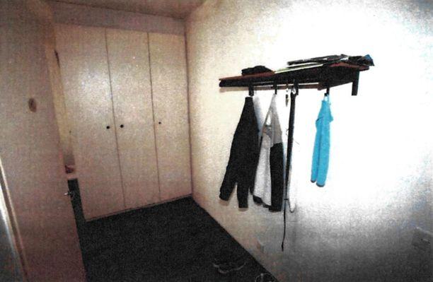 Poliisi on julkistanut sarjakuristajan asuntoon tehdyn kotietsinnän yhteydessä otetut kuvat. Kuva on asunnon eteisestä.