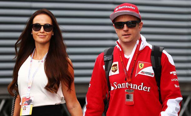- Hienoahan se on nähdä, kuinka lapsi kasvaa, Kimi Räikkönen sanoi MTV:n haastattelussa. Vierellä varikolla Minttu Virtanen.
