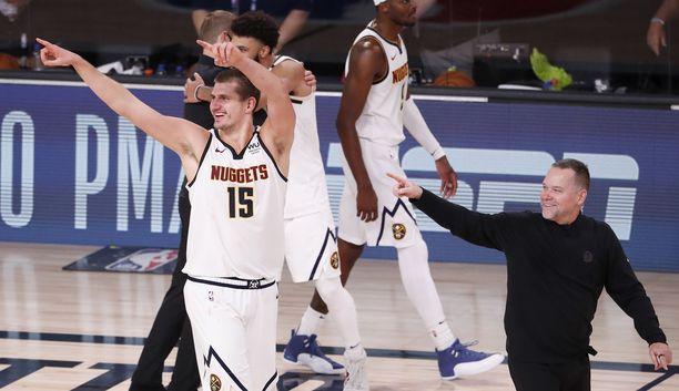 Nikola Jokicin (vasemmalla) tähdittämä Denver Nuggets nousi kuilun partaalta ja pääsee tavoittelemaan seurahistorian ensimmäistä NBA-finaalipaikkaa.
