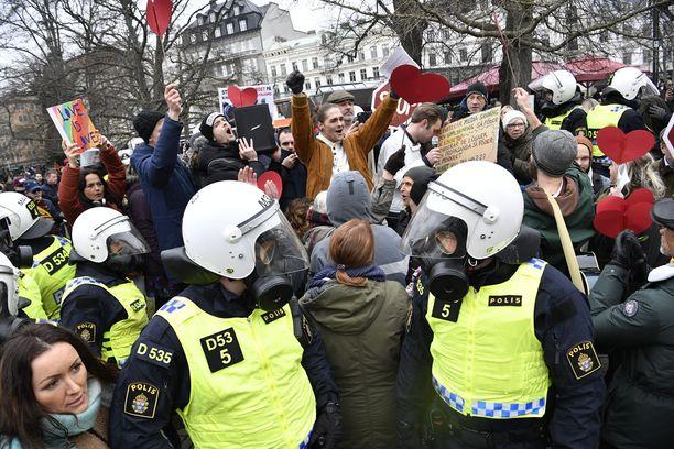 Ruotsin poliisi oli varustautunut Malmössä muun muassa kaasunaamareilla.