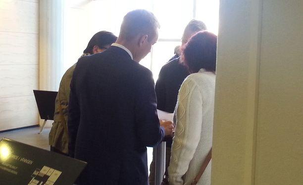 Arkistokuva. Malmin nainen neuvotteli vuonna 2015 oikeuden tauolla asianajajansa Juha-Pekka Hipin kanssa.