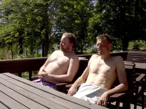 Gospel-muusikko  ja stand up -koomikko  saunahetki oli liikaa Youtubelle. Kuva kuvakaappaus Youtube-lähetyksestä ennen sen katkeamista.