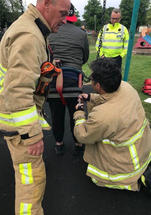 Palokunta purki vauvojen keinun osiin, jotta mies saatiin irti.