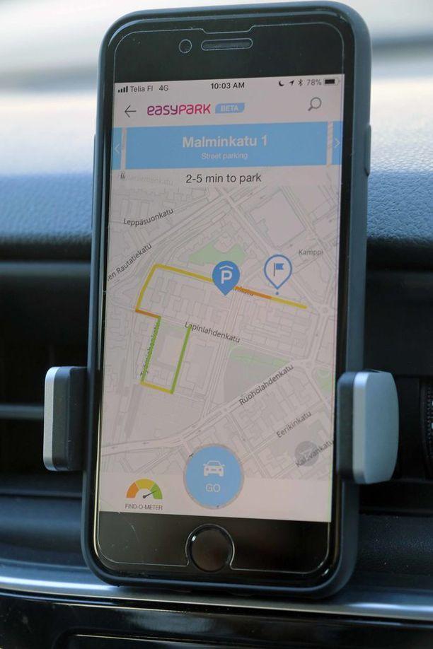 Navigaattori piirtää reitin haluttuun kohteeseen, ja näyttää onko siellä pysäköintitilaa.