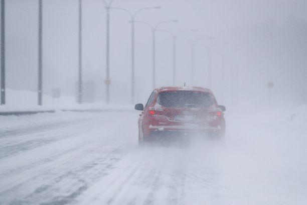 Lapissa pöllyävä lumi haittaa liikennettä.