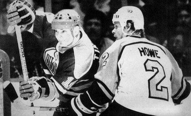 Esa Tikkanen pelasi uransa ensimmäisen NHL-ottelun Stanley Cupin finaalissa 21. toukokuuta 1985. Suomalainen pelasi numerolla 14. Kuvassa myös Philadelphian Mark Howe.