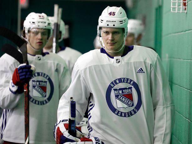 Kaapo Kakko ehti vetää New York Rangersin treenipaidan päälleen varaustilaisuuden jälkeen järjestetyllä nuorten pelaajien leirillä. Torstaina Kakko solmi tulokassopimuksen uuden seuransa kanssa.