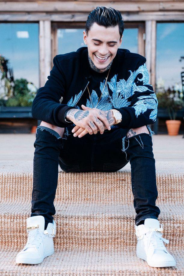 Mikael Gabriel poseeraa persoonallisessa tyylissään.