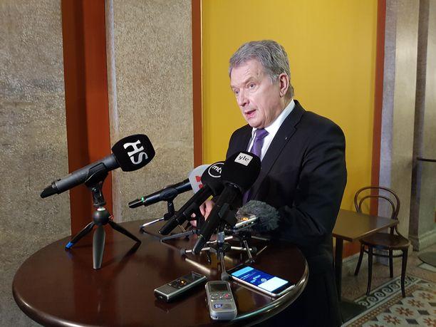 Presidentti Sauli Niinistö vastaili puheensa jälkeen toimittajien kysymyksiin Säätytalolla maanantaina.