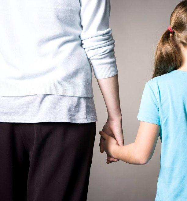 Nainen kavalsi 5-vuotiaan tyttärensä henkivakuutusrahoja ja sai ehdottoman vankeusrangaistuksen. Kuvituskuva.