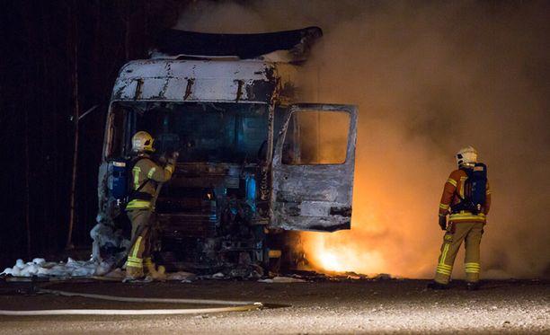 Vetoauton hytissä nukkunut kuljettaja selvisi ulos omin voimin havaittuaan palon.