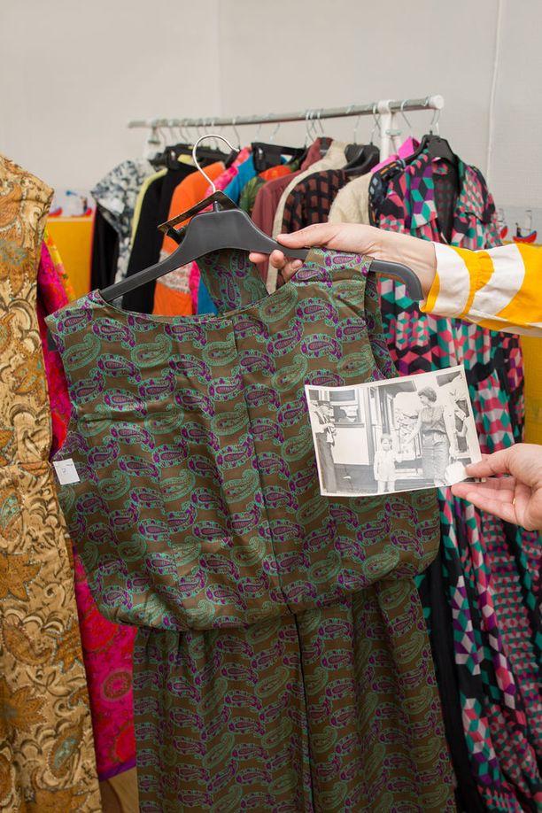 Brita Kekkosen kuvat ja mekot liitetään toisiinsa näyttelyä varten. Kuvassa silkkinen arkiasu Amerikan ajoilta 1960-luvun alusta.