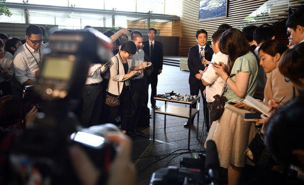 Japanin pääministeri Shinzo Abe kommentoi ohjuslaukaisua toimittajille Tokiossa.