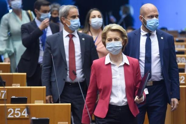Komission puheenjohtaja Ursula von der Leyen saapumassa keskiviikkona Euroopan parlamenttiin kertomaan komission esityksistä.