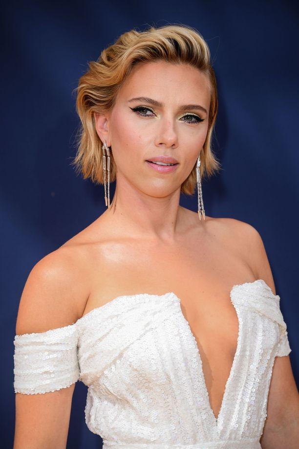 Kuka sanoi, että lyhyttä tukkaa on vaikea stailata? Scarlett Johanssonin kampaus houkuttaa leikkauttamaan lyhyen polkkatukan.