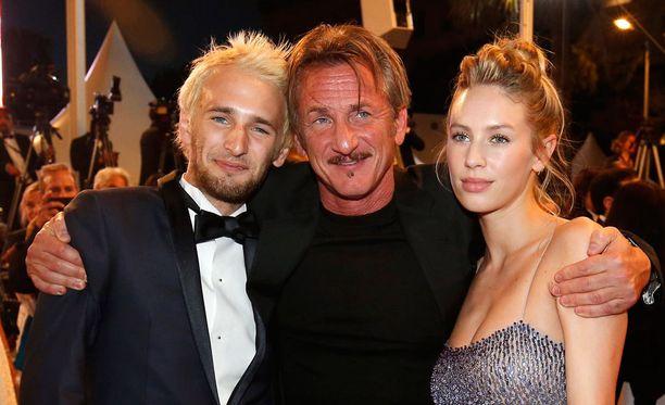 Sean Penn poseerasi Hopper-poikansa ja Dylan-tyttärensä kanssa Cannesin elokuvajuhlilla toukokuussa.