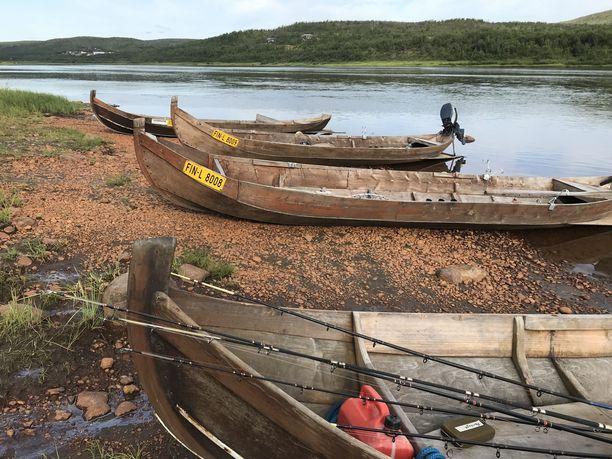 Tenojoella maata omistavat ulkopaikkakuntalaiset ovat näreissään siitä, että heille on annettu liian vähän kalastusoikeuksia tiukkojen lupaehtojen vuoksi.