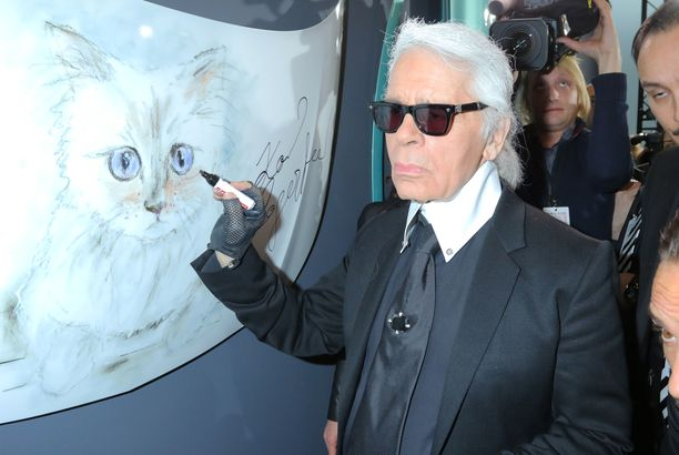 Choupette oli Karl Lagerfeldille rakas kissa. Tässä hän signeeraa kissansa kuvaa.