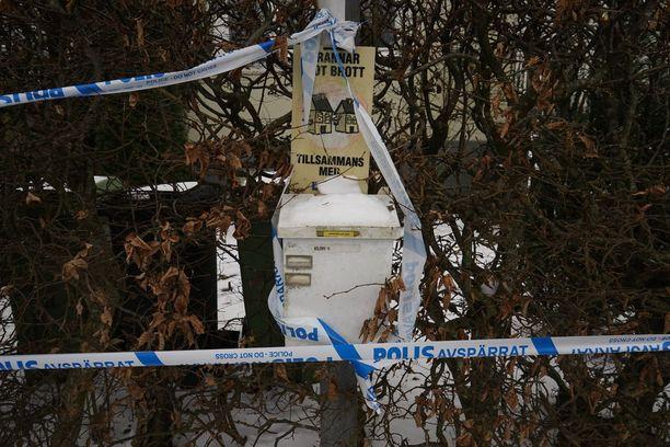 Poliisi eristi heti perjantaina talon ja sen tontin poliisinauhoilla.