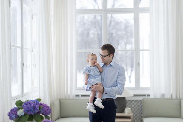 Yksivuotias Estelle isänsä, prinssi Danielin sylissä.