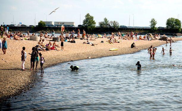 Viime vuoden heinäkuussa Vaasan Hietasaaressa nautittiin rantakeleistä. Tänä kesänä Vaasassa ei olla vielä päästy yli 20 asteen.