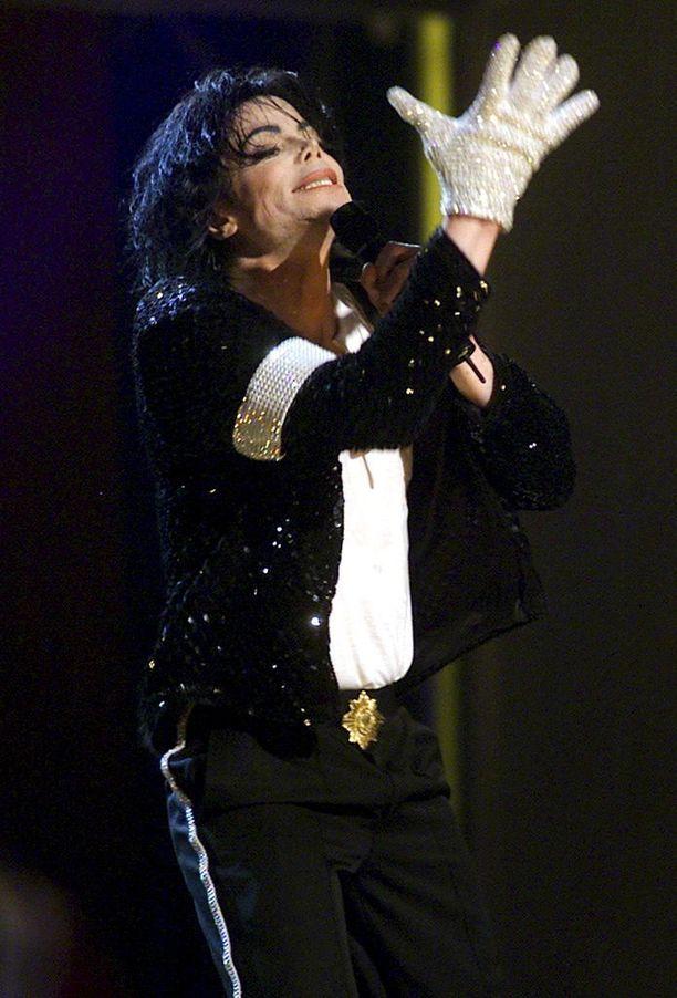 The Jackson 5 -yhtyeessä 1960-luvun puolivälissä aloittaneen Michael Jacksonin toiminta musiikin, tanssin ja muodin parissa kesti yli neljä vuosikymmentä.