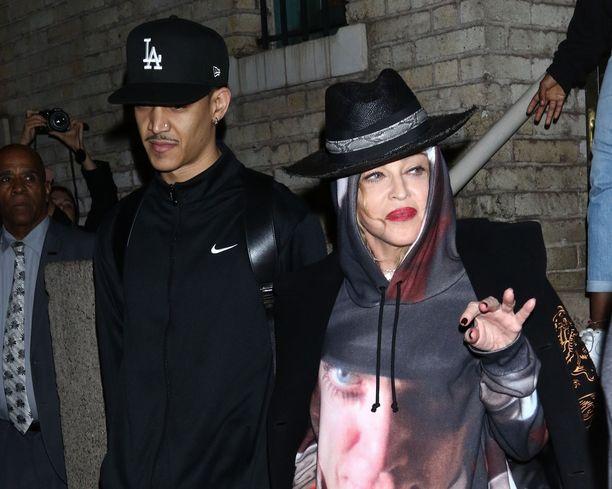 Madonna vilkutti lyhyesti paparazzeille ennen limusiiniin vetäytymistä syyskuussa 2019. Vierellä tanssija Ahlamalik Williams.
