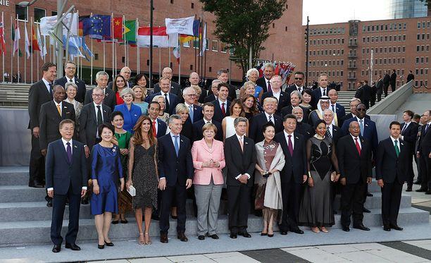 Yhteiskuvassa G20-kokoukseen kokoontuneet valtionpäämiehet puolisoidensa kanssa.