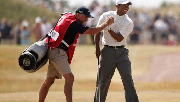 Tiger Woods iloitsee mailapoika Steve Williamsin kanssa lyötyään eaglen 14. väylällä.