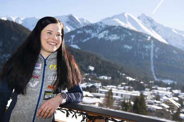 Krista Pärmäkoski on pysynyt positiivisena, vaikka kahdelta aiemmalta MM-matkalta ei tullut hyvää tulosta. Tällaiset maisemat ovat Suomen hotellilta Seefeldissä.