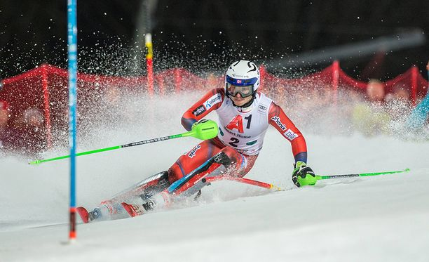 Henrik Kristoffersenia yritettiin heittää lumipalloilla kesken pujottelun Itävallan Schladmingissa.