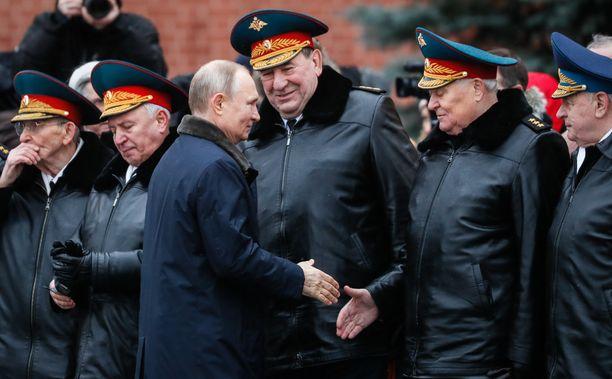 Venäjän presidentti Vladimir Putin kätteli upseereja Moskovassa Venäjän asevoimien vuosipäivänä sunnuntaina.
