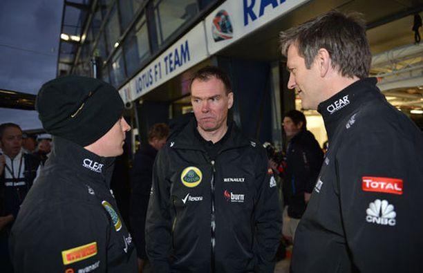 Kimi Räikkönen yhdessä kisainsinööri Alan Permanen ja teknisen johtajan James Allison kanssa.