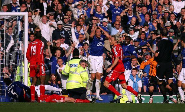 Everton–Liverpool-ottelu syksyltä 2007 jäi Hyppäsen mieleen. Sami Hyypiän (oik.) oma maali oli vedonlyöjälle hetkellinen ilonaihe.