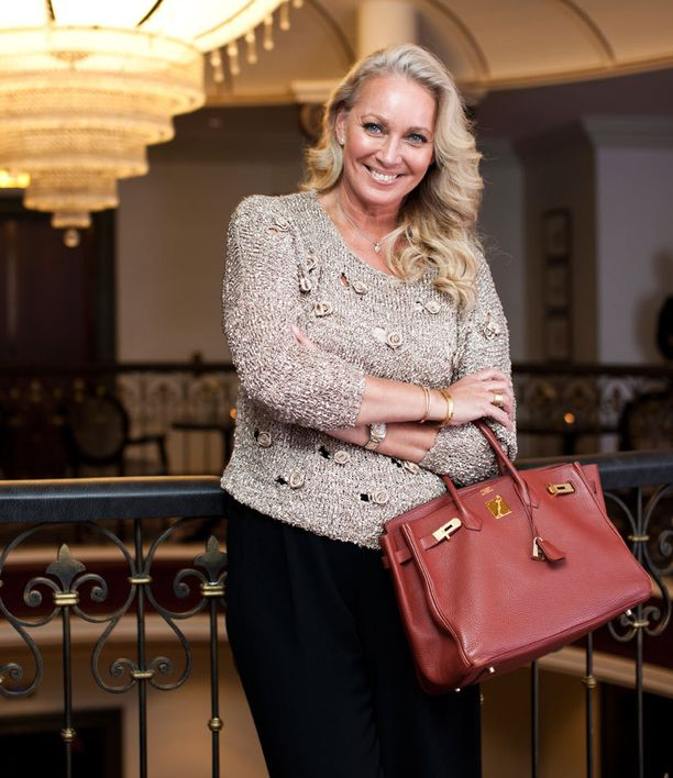 - Ensin Italian Alpeille ja pääsiäiseksi Como-järvelle, Leena Sarvi suunnitteli kevättään himoittu Hermès'n Birkin-laukku käsipuolessaan.