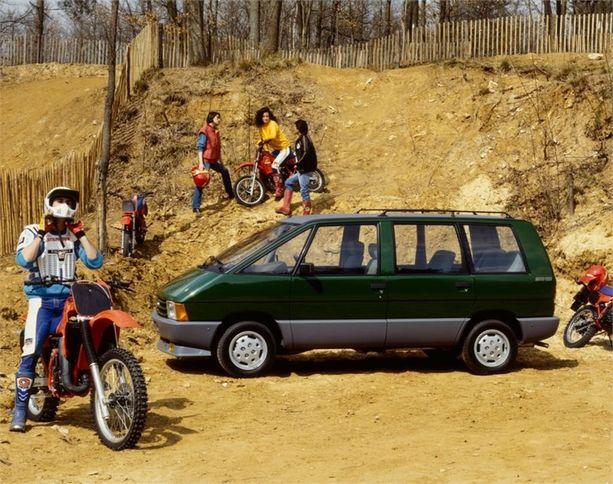 Isojen tila-autojen eurooppalainen alku - Espace. Valmistettiin vuosina 1984 - 1991. Autoa valmisti aluksi Matra.