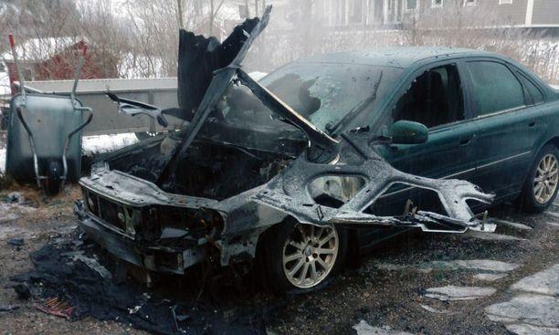 Tuli tuhosi auton täydellisesti.