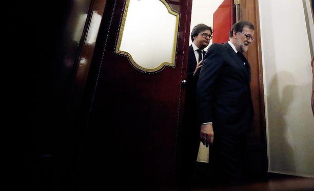 Työtön mies. Entinen pääministeri Mariano Rajoy poistui parlamentista hävittyään luottamusäänestyksen.