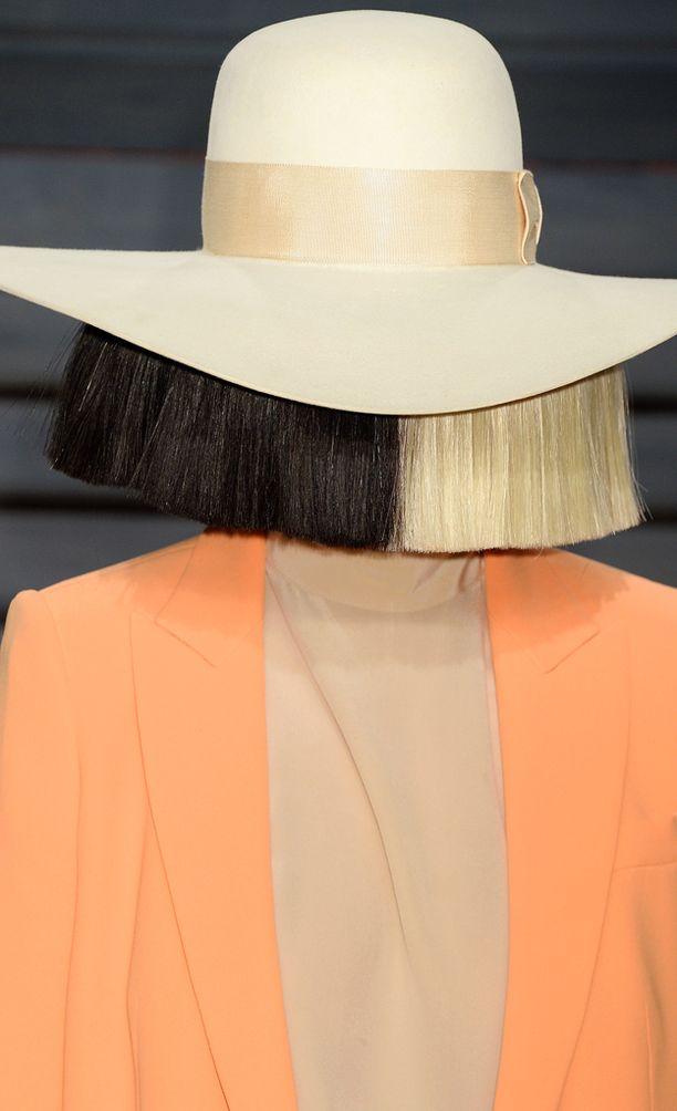 Tällaisissa peruukeissa Sia on totuttu näkemään.