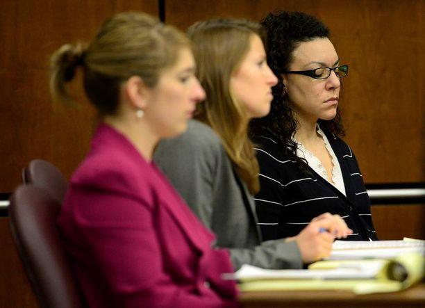 Silmälasipäistä Dynel Lanea (oik.) syytetään murhan yrityksestä. Vierellä puolustusasianajajat Kathryn Herold ja Jen Beck.