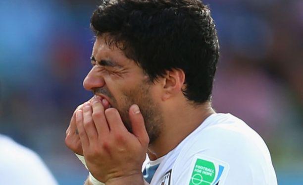 Luis Suárez piteli hampaitaan purtuaan Giorgio Chielliniä.