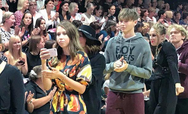 Aina (kuvassa edessä) ikuisti ainutlaatuista tapahtumaa kännykällään. Isoveli-Hugo kulki hänen takanaan ja äiti-Erja lastensa välissä.