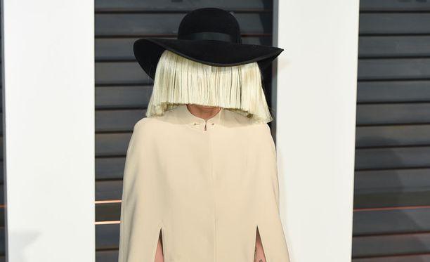 Superlahjakas ja salaperäinen Sia on taikonut hittejä muun muassa Rihannalle ja Beyoncélle.