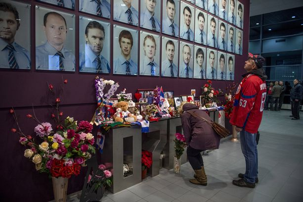Jaroslavlin areenan pääkäytävällä on suuri muistomerkki, jonka edessä kannattajat pysähtyvät.