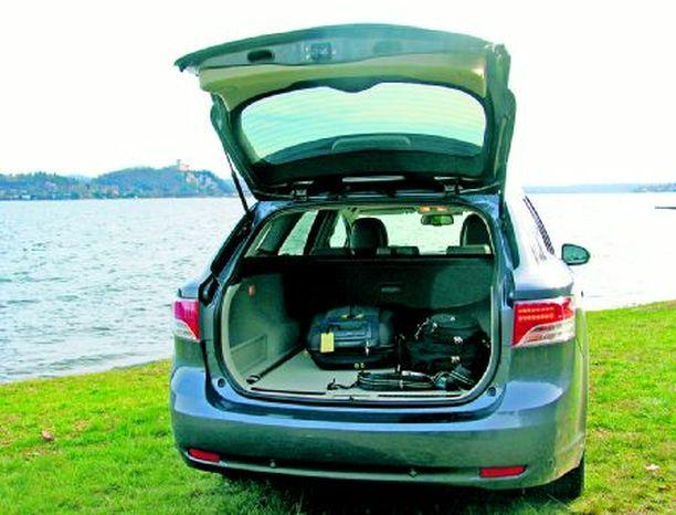 Sedan Avensiksen Sedan-mallissa takaosan pehmeys on häivytettyä.