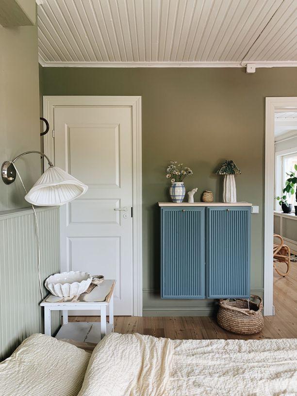Maiju Saha muutti Ikean Ivar-kaapin sormipaneelin ja seinämaalin avulla hurmaavan persoonalliseksi. Idea muutokseen lähti talonpoikaishuonekaluista.