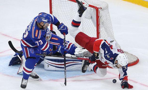 SKA-vahti Mikko Koskinen ja puolustaja Maxim Tshudinov torjuvat ZSKA:n Ivan Teleginin yrityksen.