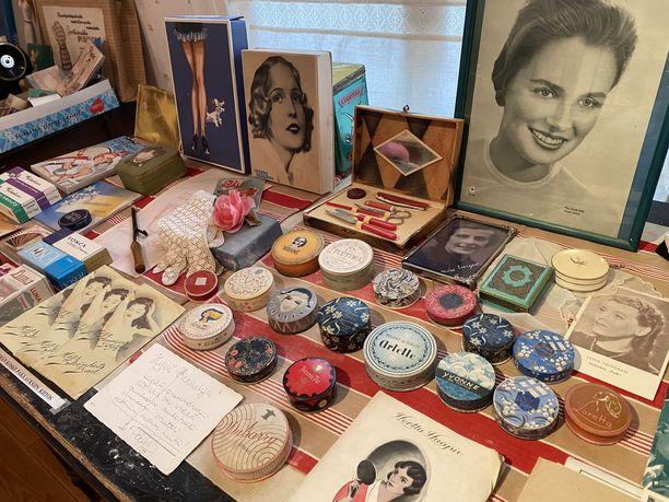 Vanhoja puuterirasioita, nylonsukkia ja kosmetiikkaa. Näin isoäitien nuoruudessa kaunistauduttiin.