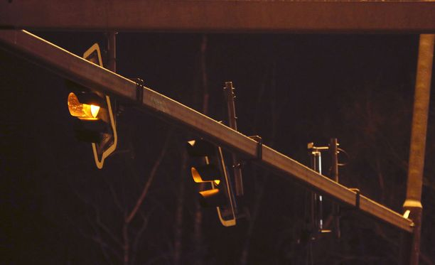 Vaikka valot olivat vääntyneet pahasti, ei tilanteesta ollut pelastuslaitoksen mukaan välitöntä vaaraa.